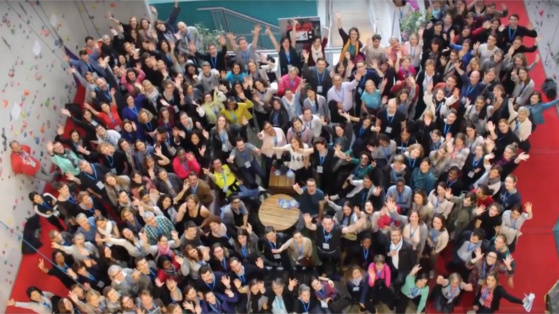 groupe de personnes levant les mains en l'air