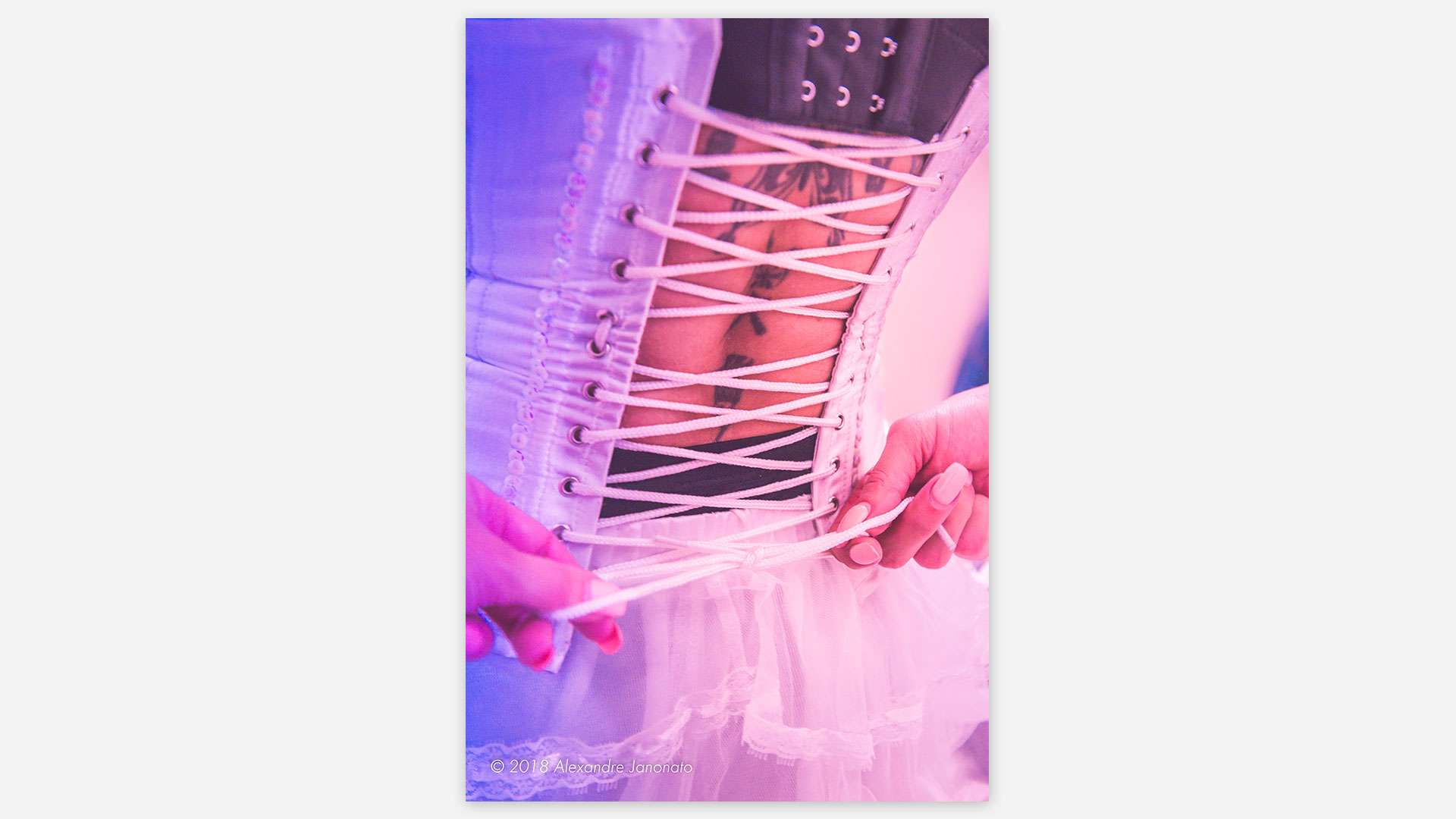 femme de dos, fermant son corset