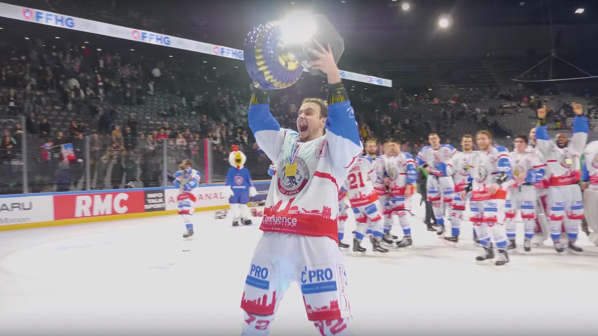 homme portant trophée, vainqueur hockey