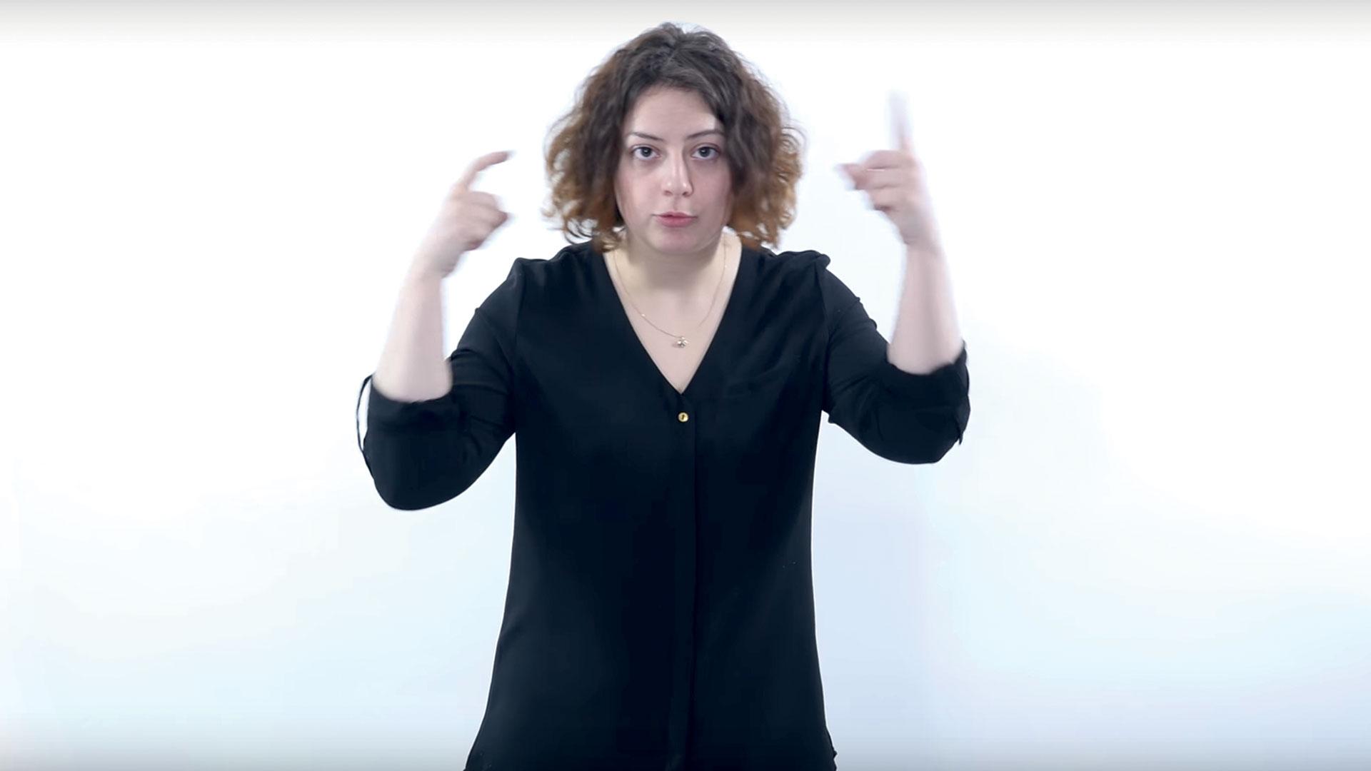 femme interprétant le langage des signes